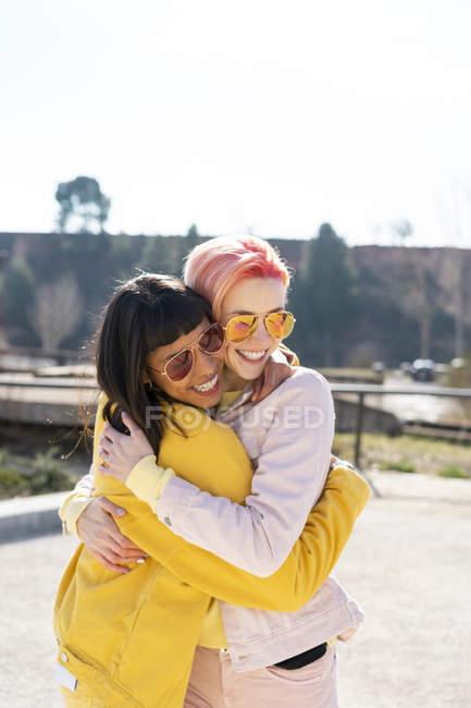 Ritratto di due amici alternativi abbracciati — Foto stock