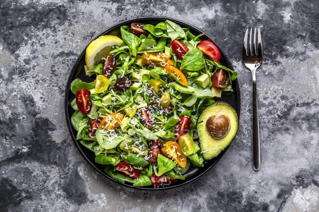 Салат з листям салату з баранини, помідорами, авокадо, Пармезан та лимонним соусом — стокове фото