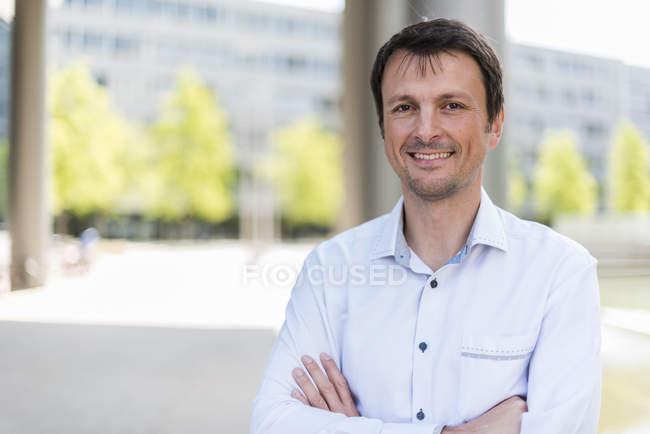 Портрет усміхнений бізнесмен в місті — стокове фото