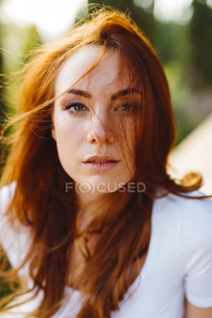 Портрет чуттєвого молодого редочолюваної жінки на відкритому повітрі — стокове фото