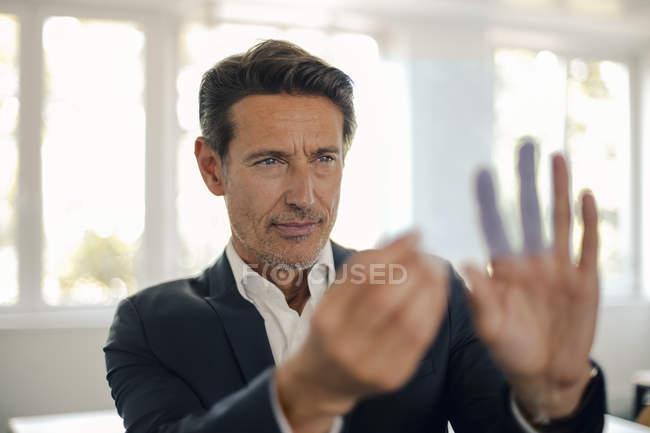 Бізнесмен, використовуючи футуристичний сенсорний екран — стокове фото