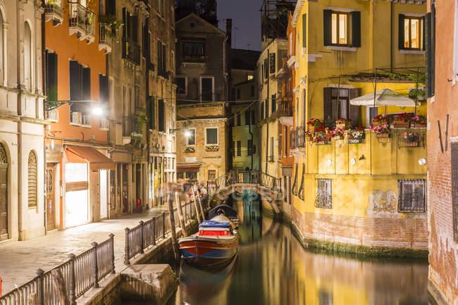 Italia, Venezia, Canal e case di notte — Foto stock