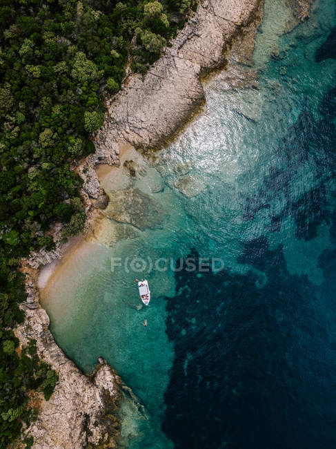 Croatia, Cres, Adriatic Sea, Aerial view of a boat in a bay — Fotografia de Stock