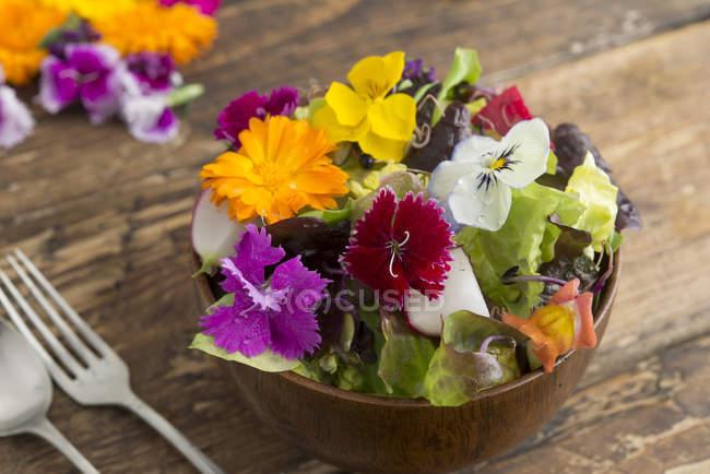 Чаша салата со съедобными цветами — стоковое фото