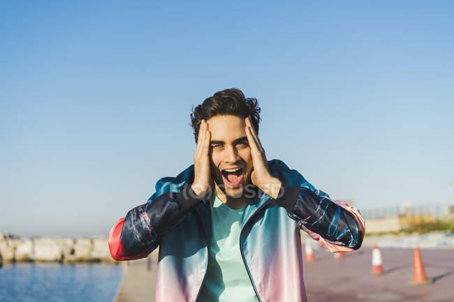 Uomo sorpreso urlando di gioia con le mani sulla testa — Foto stock