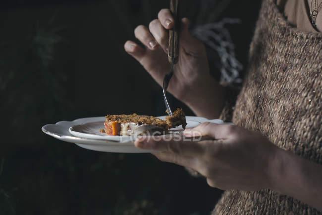 Donna che mangia torta di Natale fatta in casa, vista parziale — Foto stock