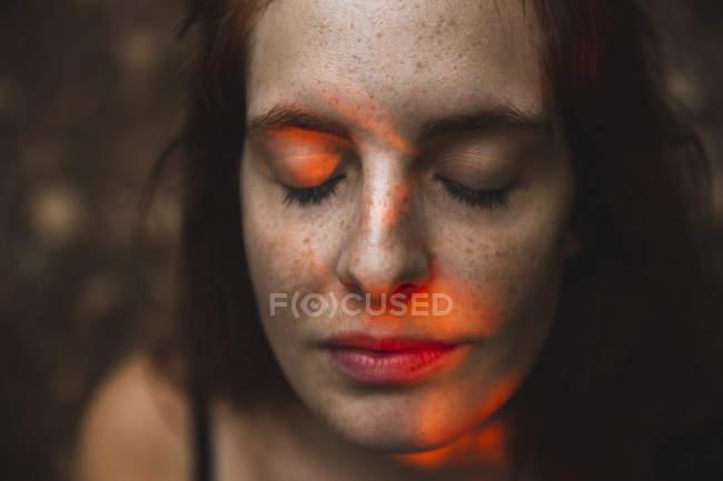 Ritratto di giovane donna con lentiggini occhi chiusi — Foto stock
