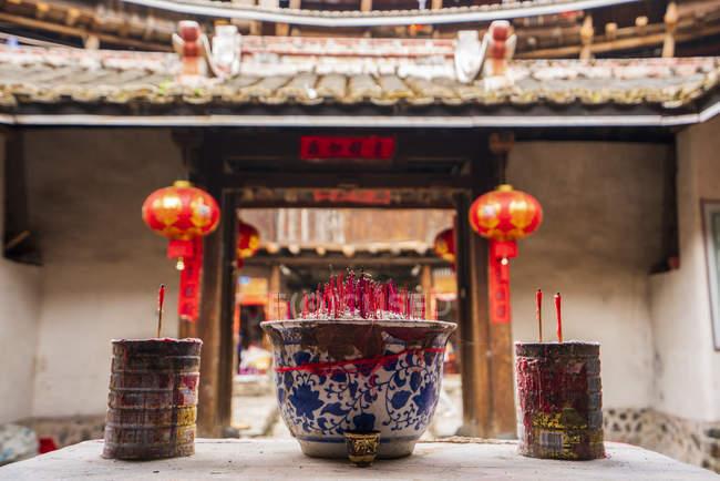 Китай, провінція Фуцзянь, Joss палицями в тульу в селі Хакка — стокове фото