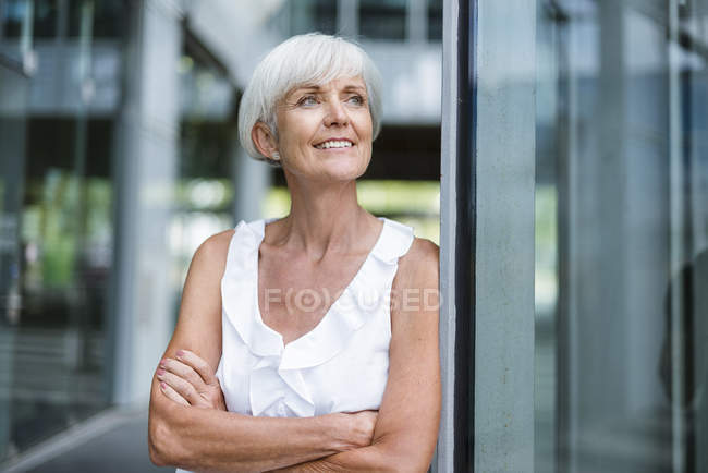 Portrait of smiling senior woman looking sideways — Stock Photo