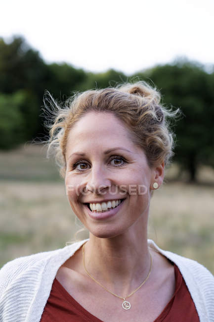 Ritratto di donna adulta sorridente in natura — Foto stock