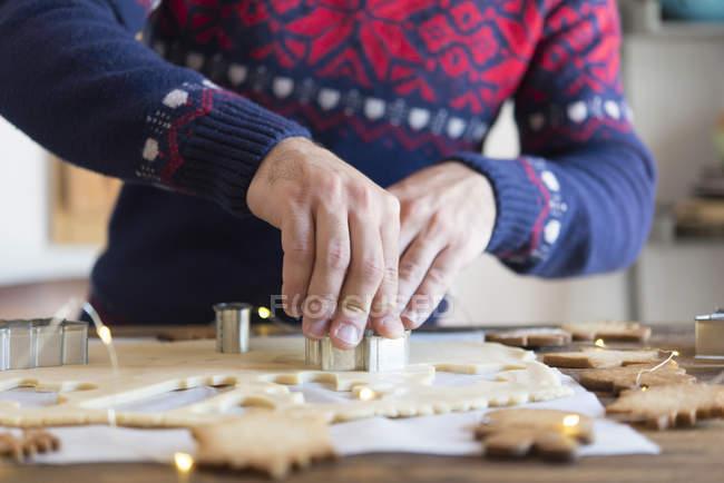 Hacer galletas de navidad con moho - foto de stock