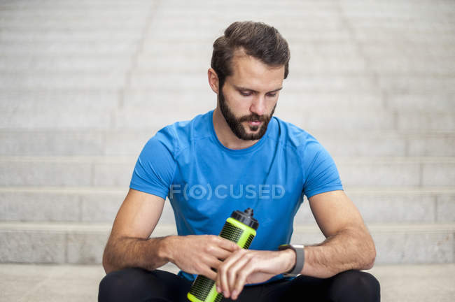 Homme assis sur les escaliers faisant une pause de courir — Photo de stock