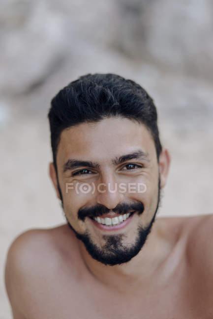 Ritratto dell'uomo barbuto sorridente che guarda la macchina fotografica — Foto stock