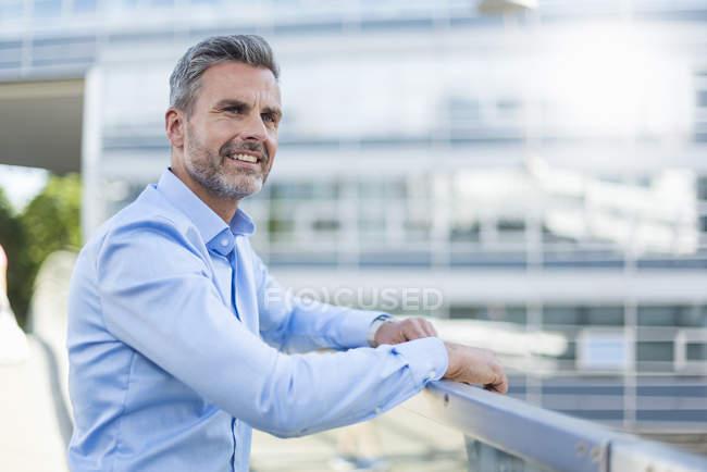 Портрет улыбающегося бизнесмена в светло-голубой рубашке — стоковое фото