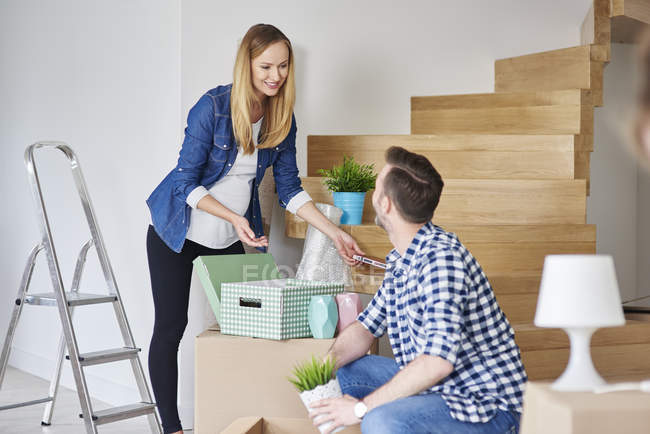 Couple moving house packing their belongings — Stock Photo