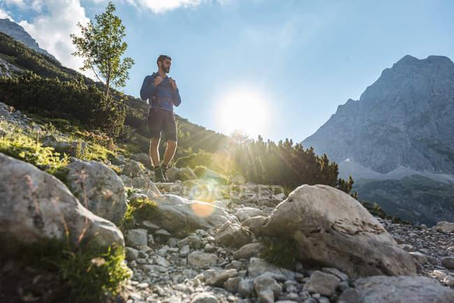 Австрия, Тироль, Молодой человек походы в скалистых горах — стоковое фото