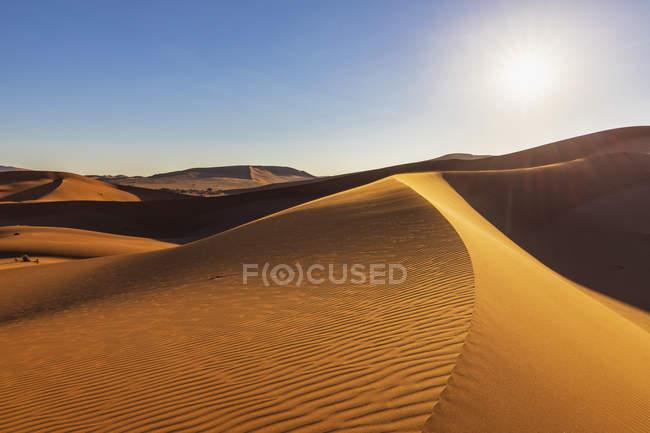 Africa, Namibia, Namib desert, Naukluft National Park, dune di sabbia contro il sole — Foto stock