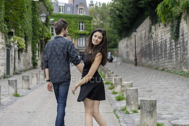 Francia, Parigi, giovane coppia in un vicolo nel quartiere Montmartre — Foto stock