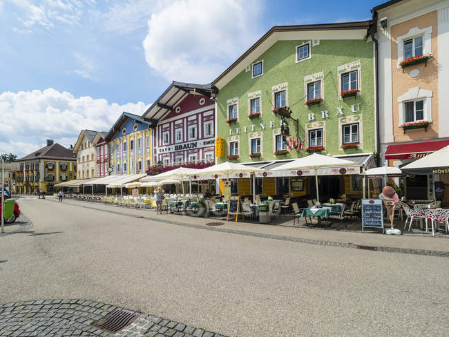 Austria, Mondsee, row of houses with restaurants in the foreground — Stock Photo