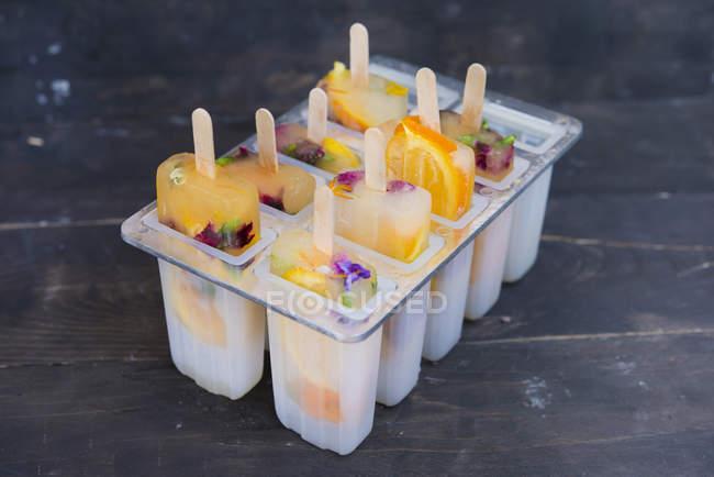 Домашние апельсиновые и лимонные высыпклы со съедобными цветами — стоковое фото