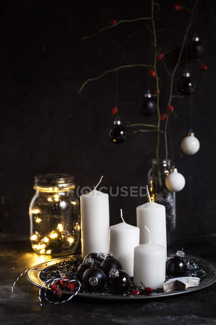 Decoración de Adviento con velas blancas y bolas negras - foto de stock