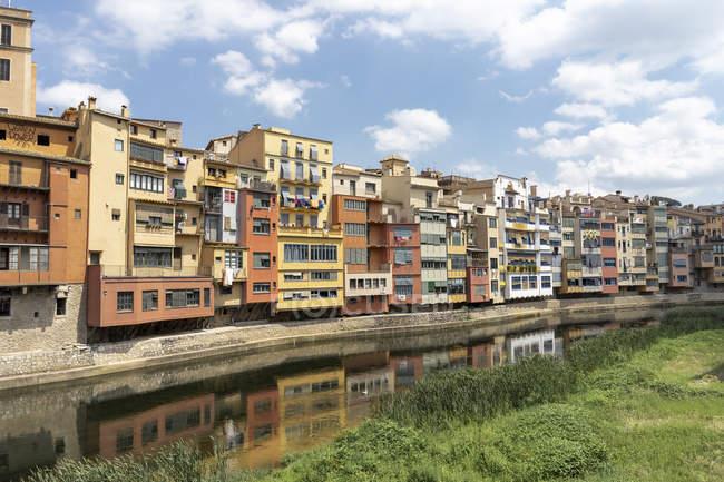 Spain, Girona, row of houses at the riverside — Stock Photo