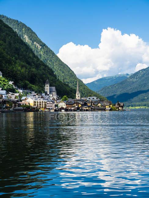 Austria, Salzkammergut, Lake Hallstatt with Hallstadt — Stock Photo