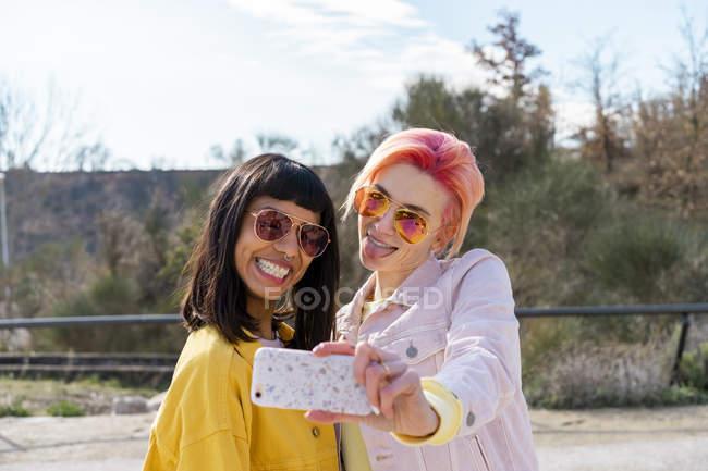 Dois amigos alternativos tomando selfie — Fotografia de Stock