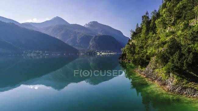 Autriche, Tyrol, Lac Achensee le matin, Vue sur Klobenjoch, Hochiss et Seekarspitze — Photo de stock