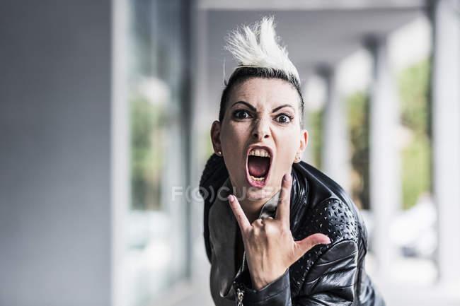 Ritratto di donna punk urlante alla galleria — Foto stock
