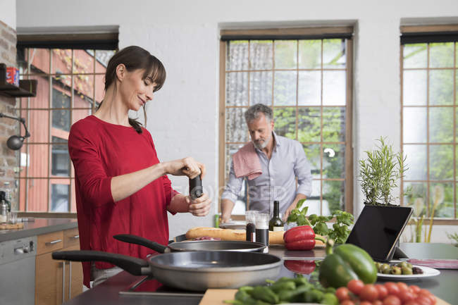 Пара на кухні, готуючи їжу. — стокове фото