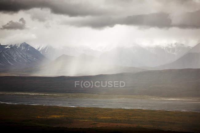 USA, Alaska, Denali National Park, rain at Alaska Range in autumn — Fotografia de Stock