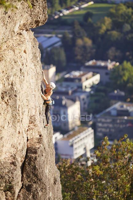Austria, Innsbruck, Hoettingen quarry, woman climbing in rock wall — Stock Photo