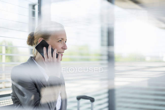 Retrato de empresária madura no telefone esperando na plataforma — Fotografia de Stock