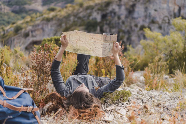 Spain, Alquezar, young woman with hiking map in nature — Stock Photo