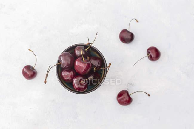 Bacia de cerejas na bacia — Fotografia de Stock