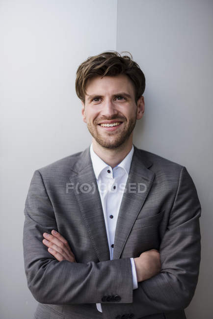 Portrait of confident businessman leaning on wall — Stock Photo