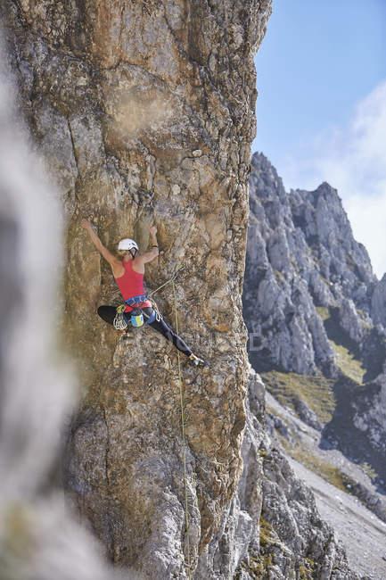 Австрия, Озил, Мбаппе, женщина, лазающая по скальной стене — стоковое фото