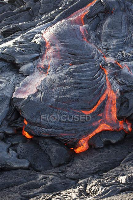 USA, Hawaii, Big Island, Volcanoes National Park, lava flowing from Pu'u O'o' volcano — Fotografia de Stock