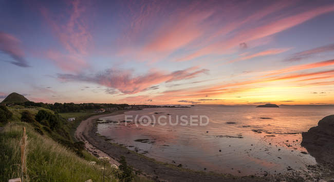 Uk, Schottland, North Berwick, Sonnenuntergang über der Ostbucht North Berwick und dem Firth of Forth — Stockfoto