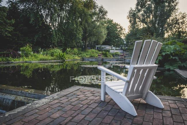 Germany, Hamburg, Planten un Blomen park, empty chair — Photo de stock