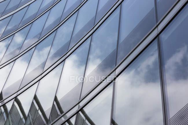 Polonia, Varsavia, parte della facciata del moderno edificio per uffici — Foto stock
