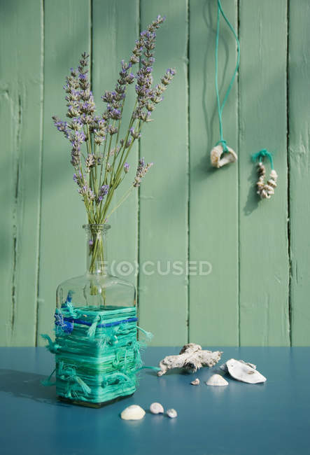 Lavender blossoms in upcycled flower vase — Fotografia de Stock