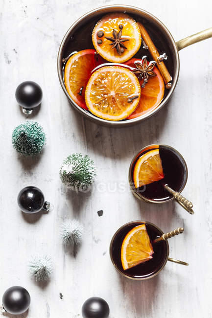 Pot and two cups of mulled wine — Stock Photo