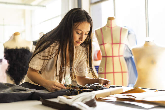 Молодий модельєр роботи на її студії — стокове фото
