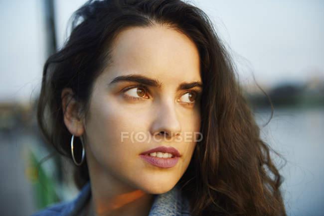 Hermosa mujer joven mirando hacia atrás - foto de stock