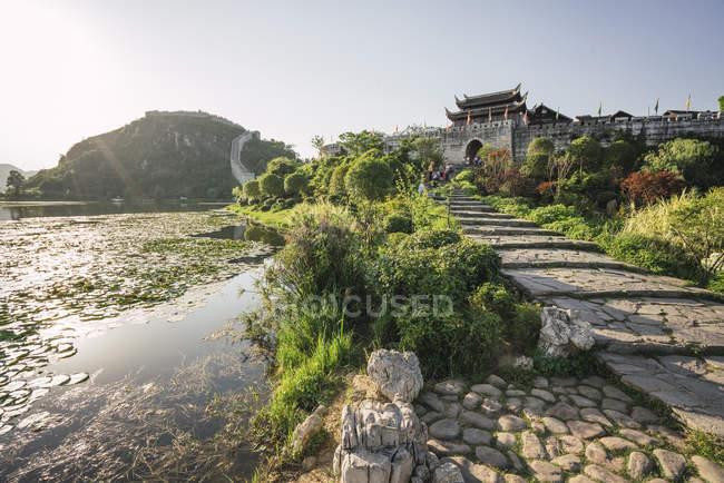 Китай, Циньян, Древний город в дневное время — стоковое фото
