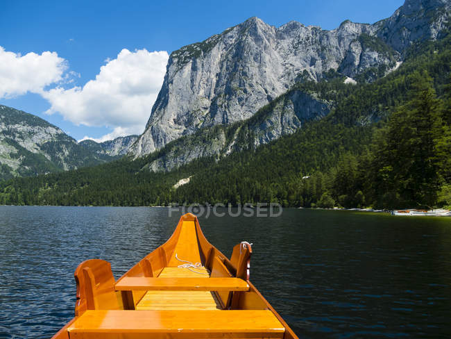 Austria, Styria, Altaussee, boat on Altausseer See with Trisselwand at in the background - foto de stock