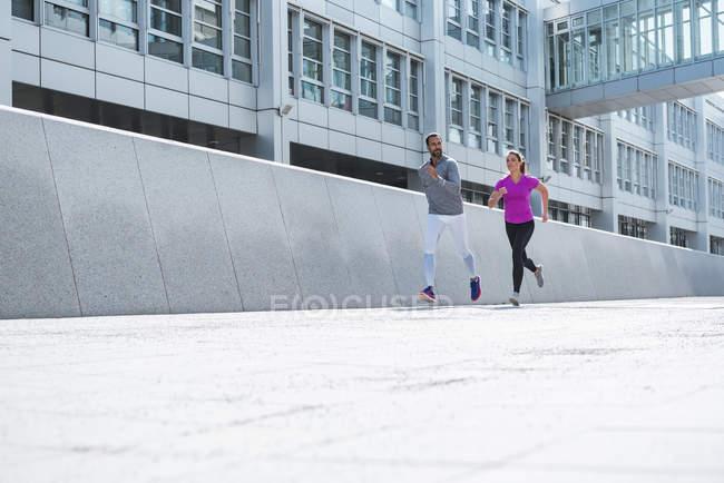 Пара бегущих в городе — стоковое фото