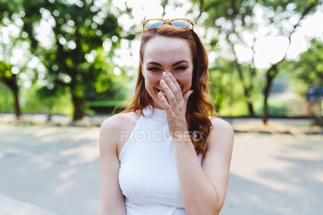 Verticale de femme rousse riante en stationnement — Photo de stock